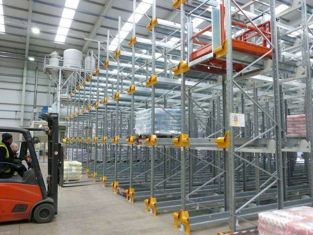 Shuttle racking system and fork lift truck in operation
